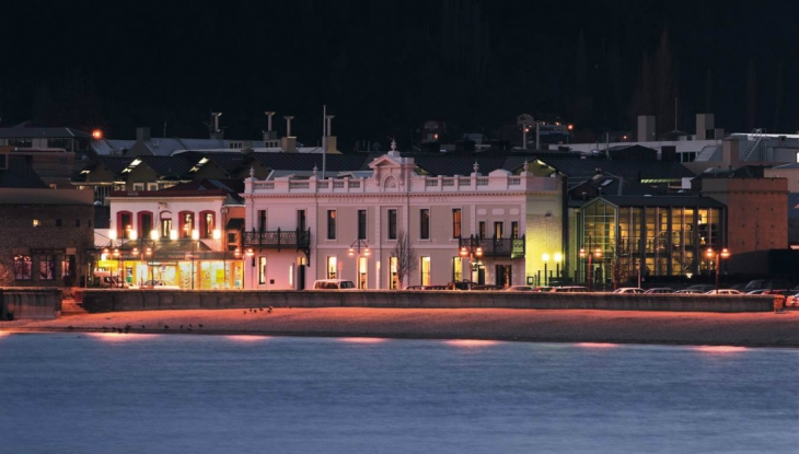 Eichardts Private Hotel Queenstown, at night