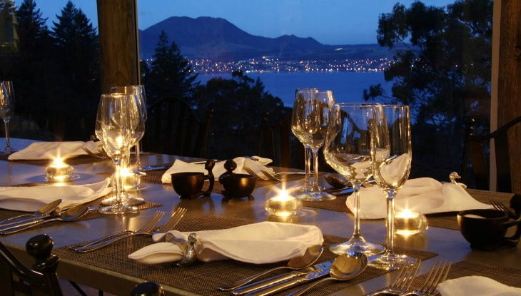 Acacia Cliffs Lodge, evening meal with view of Taupo